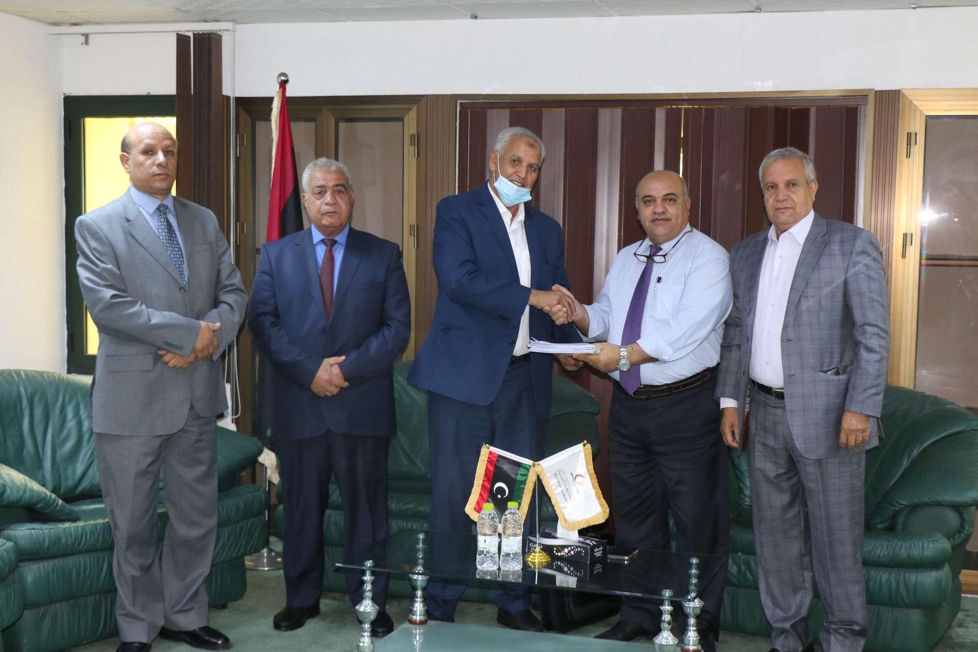 رئيس لجنة دمج فروع الأكاديمية الليبية للدراسات العليا بالمنطقة الشرقية يقدم التقرير النهائي لرئيس الأكاديمية.