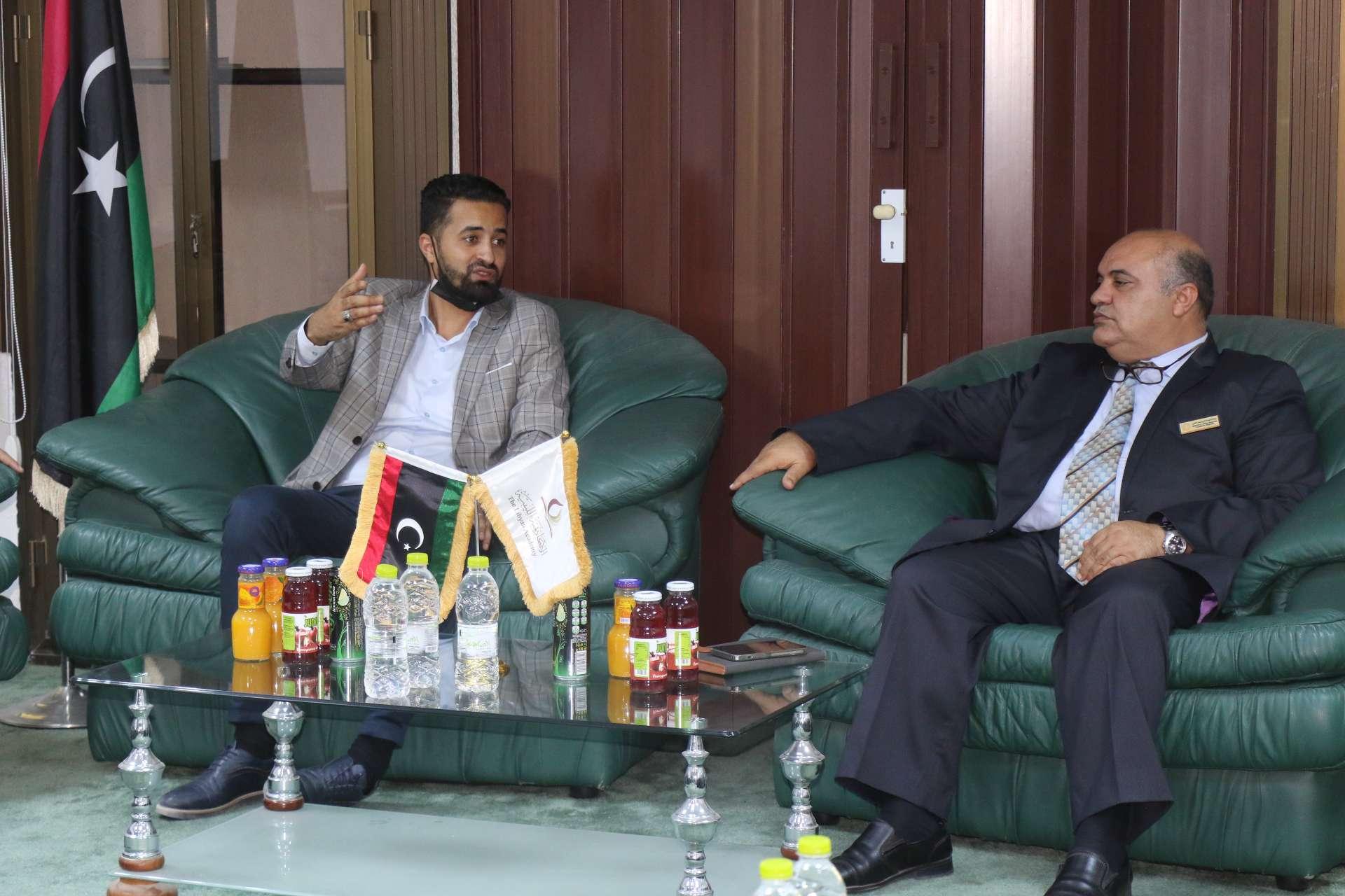 وكيل وزارة الشباب بحكومة الوحدة الوطنية يزور الأكاديمية